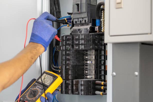 electrician in the building - eletricidade imagens e fotografias de stock