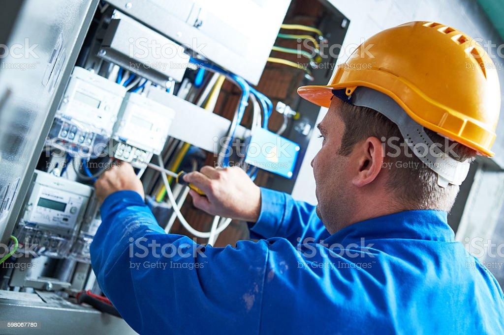 Elektriker installieren Energieeinsparung meter – Foto