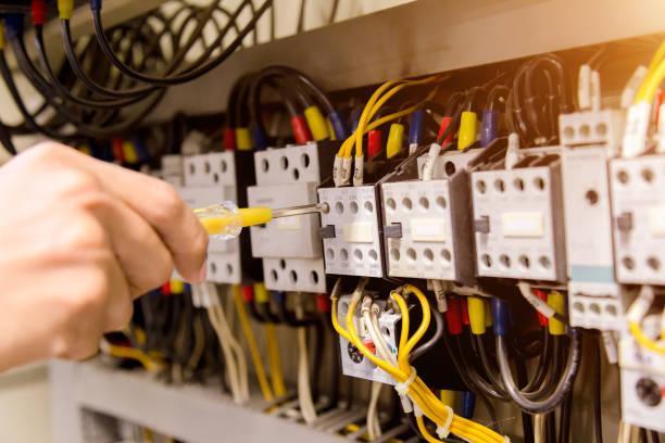 pomiary elektryka z testerem multimetru system gotowy. - przewód składnik elektryczny zdjęcia i obrazy z banku zdjęć
