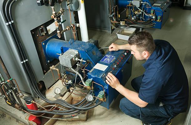 electricista: hay personal trabajando - compresor motor fotografías e imágenes de stock