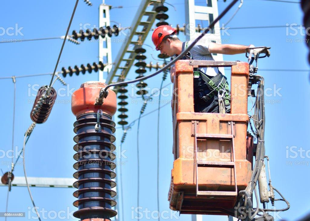 Elektriker auf eine Hubarbeitsbühne Reparatur Hochspannungs-Leistungsschalter – Foto