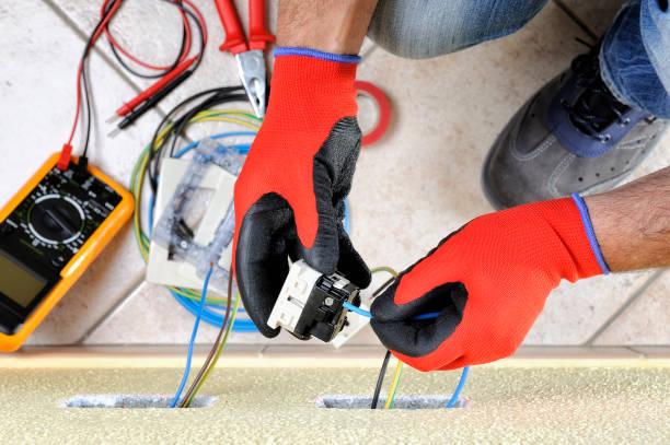 elektriker-techniker bei der arbeit mit elektrischen wohnsystems-sicherheitseinrichtungen - stromkabel stock-fotos und bilder