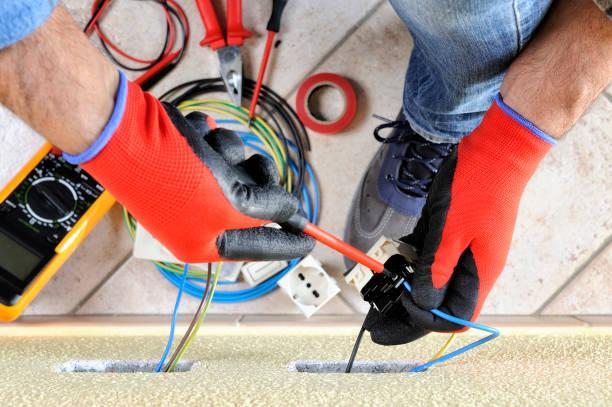 elektriker-techniker bei der arbeit mit elektrischen wohnsystems-sicherheitseinrichtungen - kabelschuhe stock-fotos und bilder