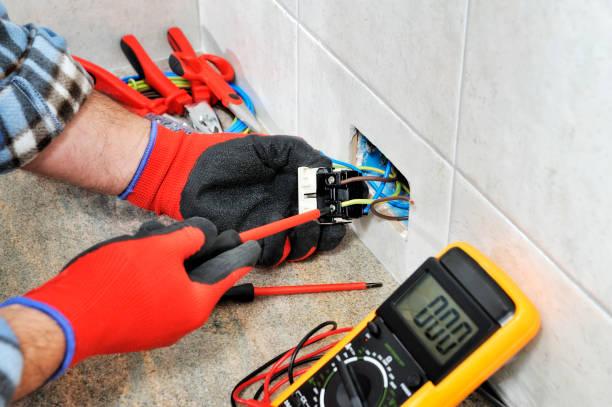 elektricien technicus veilig werken op een residentiële elektrische systeem. - elektrische fitting stockfoto's en -beelden