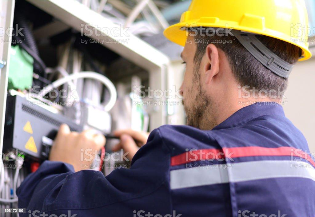 Elektriker Tests für Spannung in einem Sicherungskasten – Foto