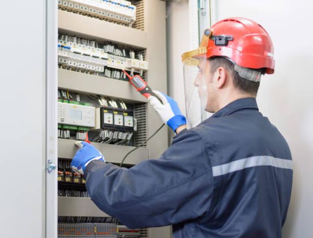Elektriker Tests für Spannung am terminal block – Foto