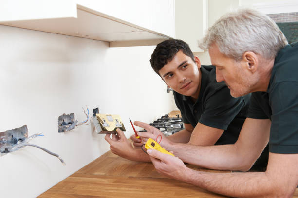 Electrician With Apprentice Working In New Home – Foto
