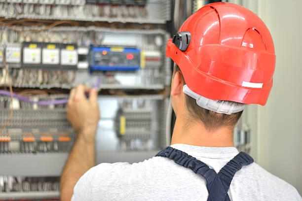 Elektriker mit roten Bauarbeiterhelm und Ausstattung – Foto