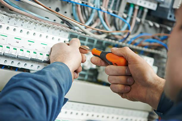 electricista de trabajo - electricista fotografías e imágenes de stock