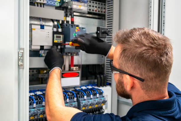 elektryk pracujący na panelu elektrycznym - przewód składnik elektryczny zdjęcia i obrazy z banku zdjęć