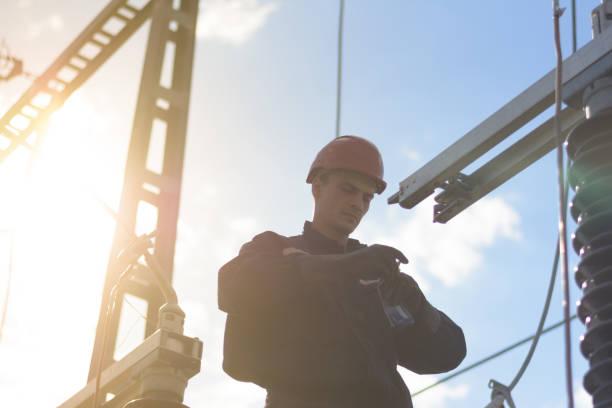 Elektriker arbeiten in der Höhe von dem Umspannwerk – Foto