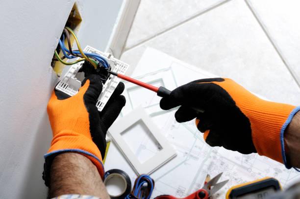 elektryk pracujący w domowych instalacjach elektrycznych - przewód składnik elektryczny zdjęcia i obrazy z banku zdjęć