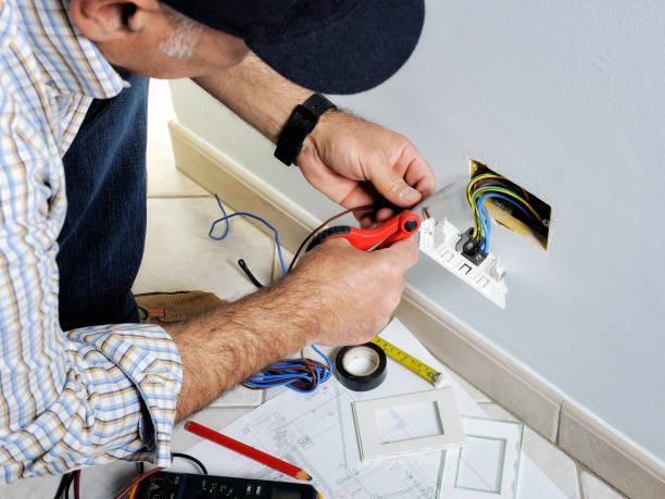 elektricien werken in een residentiële elektrische systeem - elektrische fitting stockfoto's en -beelden