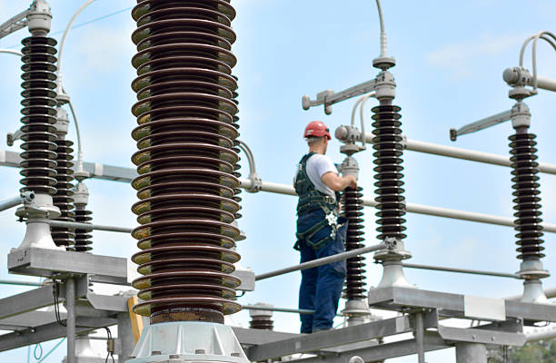 electrician working in power substation - hoogspanningstransformator stockfoto's en -beelden