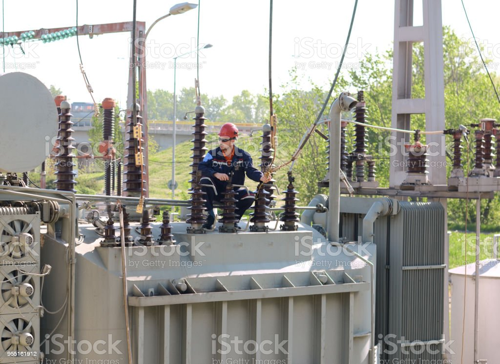 Elektriker arbeiten auf Hochspannung Transformator im Kraftwerk – Foto