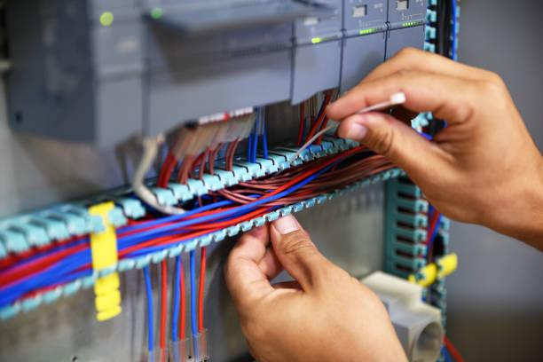 elektricien werken met kabelbinder - elektrische fitting stockfoto's en -beelden