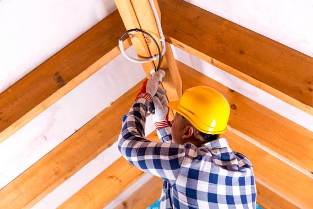 electricista trabajo con alambres en lugar de renovación ático - electricista fotografías e imágenes de stock