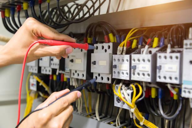 elektriciens handen huidige elektrische testen in het configuratiescherm. - elektricien stockfoto's en -beelden