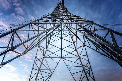 Electriciteitsmast met stroomkabels in Nederland