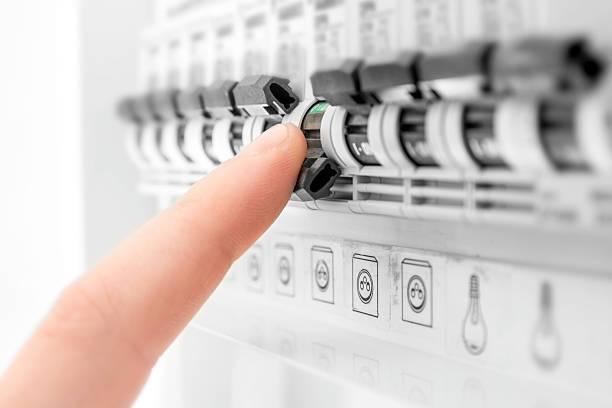 électricité circuit breaker soufflé mêle gros plan de la main de l'homme - commutateur photos et images de collection