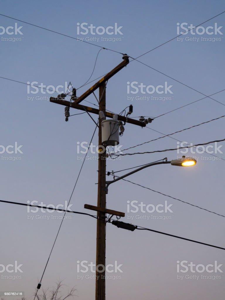 Fotografía de Postes De Electricidad Y Farola Bajo El Cielo Del ...