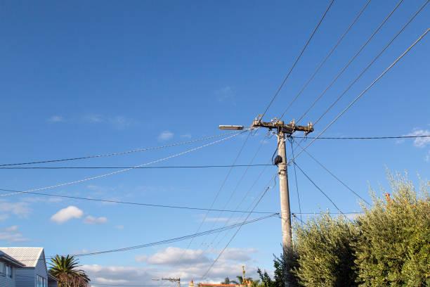 strom-post mit kabel-leitungen - stromkabel stock-fotos und bilder