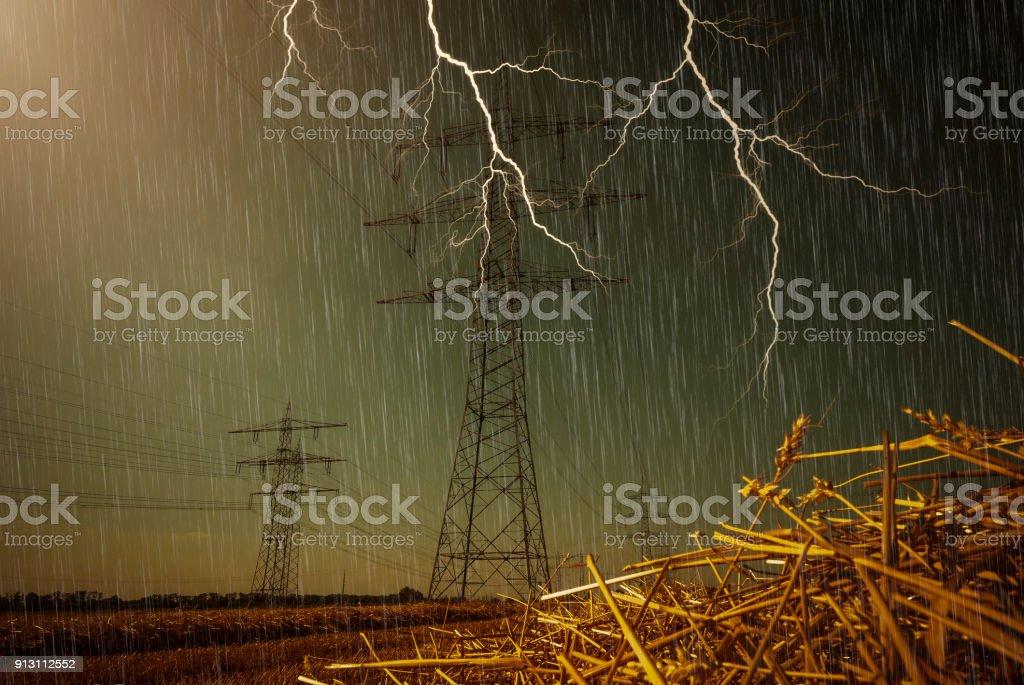 Strommasten und Blitz – Foto