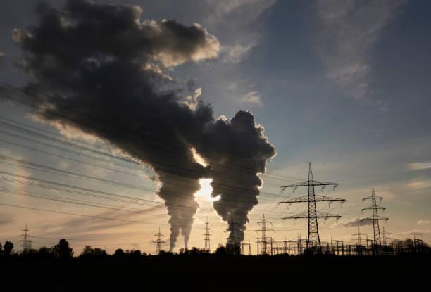Strommasten und zwei Kohlekraftwerke mit Verschmutzung – Foto