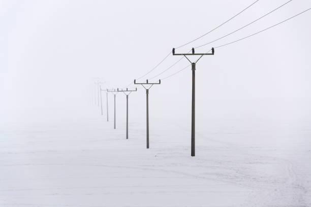 Strommasten aus Verteilung Kraftwerk verschwindet im tiefen Nebel, eisige Winter Wetter-Konzept – Foto