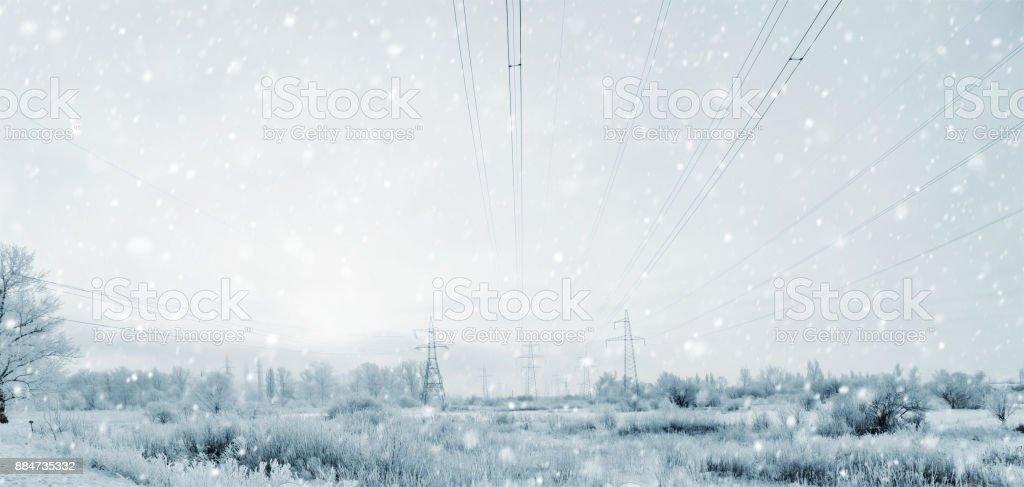 Strommasten im Winter Sturm mit einem Schneesturm – Foto