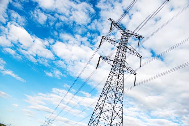 pilones de la electricidad con el cielo - electricity fotografías e imágenes de stock