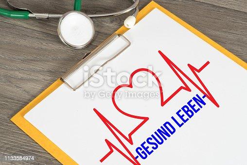 Elektrokardiogramm, Stethoskop und Hinweis auf Gesundes Leben