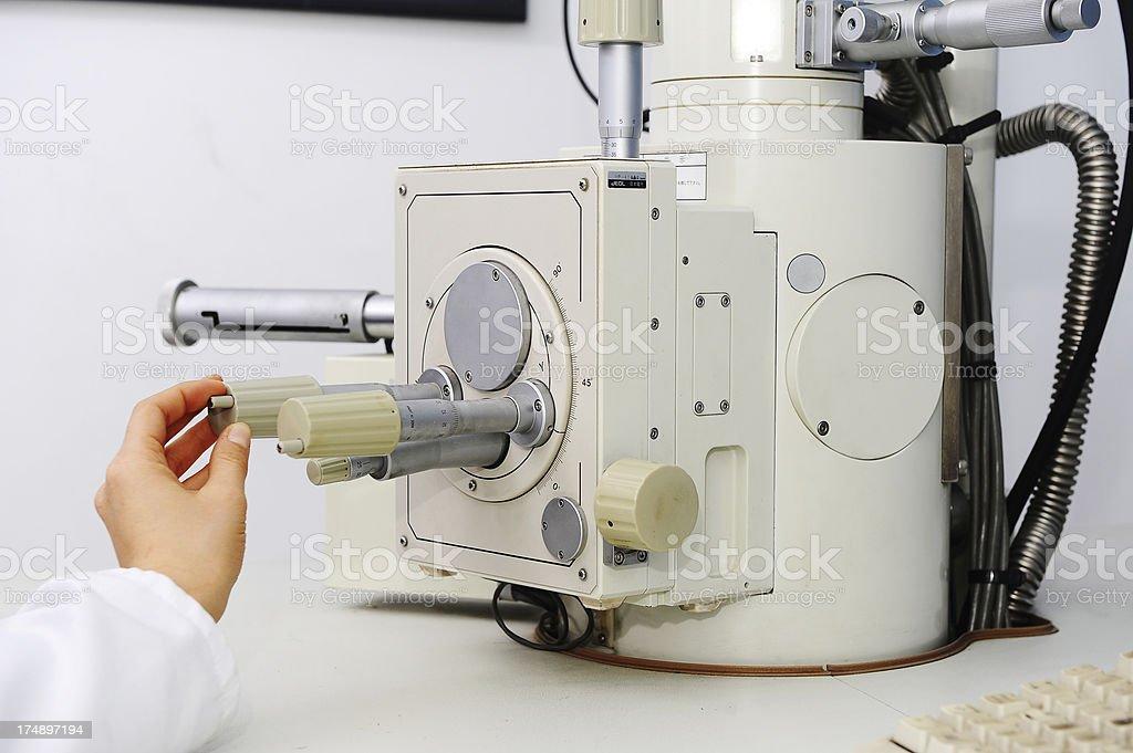 Microscopio electrónico. Los detalles. - foto de stock