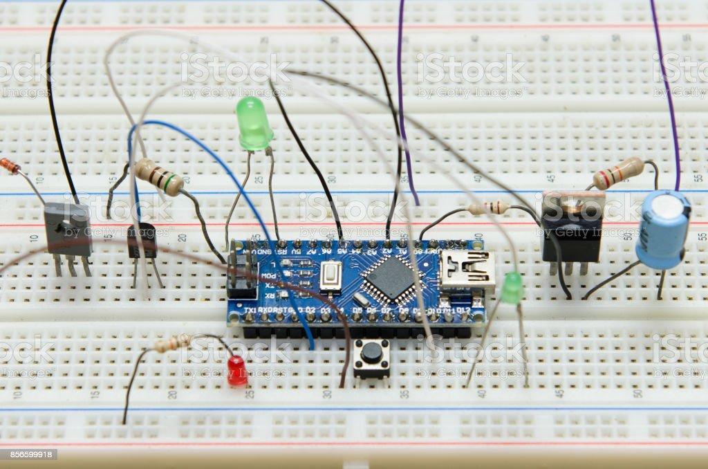 placa de circuito electrónico microcontrolador diy con resistente, Tranzas, LED, Push button, capacidad, prototipos de diodo foto de stock libre de derechos