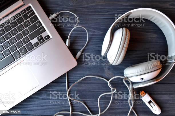 Elektronisches Gerät am Arbeitsplatz. Technik-Hintergrund. - Lizenzfrei Ausrüstung und Geräte Stock-Foto