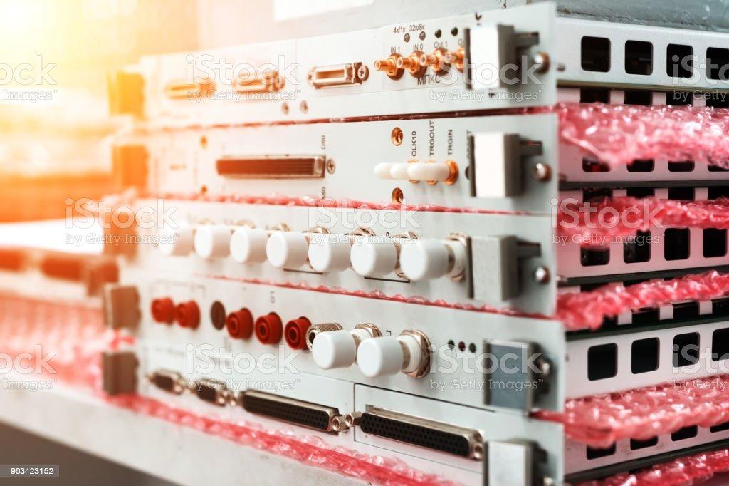 Moduły elektroniczne i karty elektroniczne ułożone w stosie - Zbiór zdjęć royalty-free (Biały)