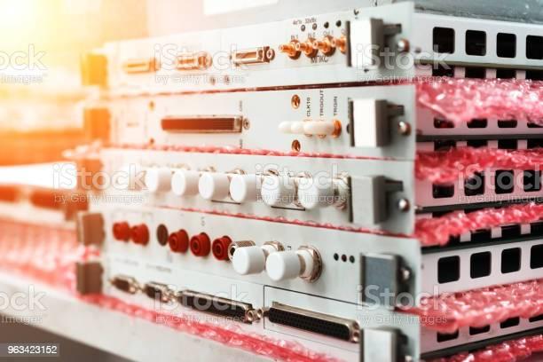 Moduły Elektroniczne I Karty Elektroniczne Ułożone W Stosie - zdjęcia stockowe i więcej obrazów Biały
