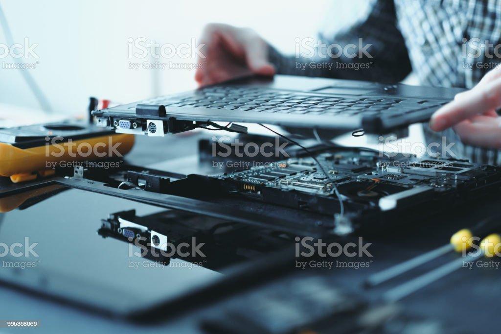 teclado de ordenador portátil roto de Ingeniero de reparación electrónica - foto de stock