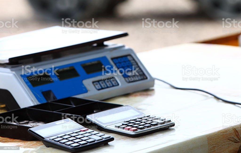 Balanza electrónica y dos Calculadoras - foto de stock