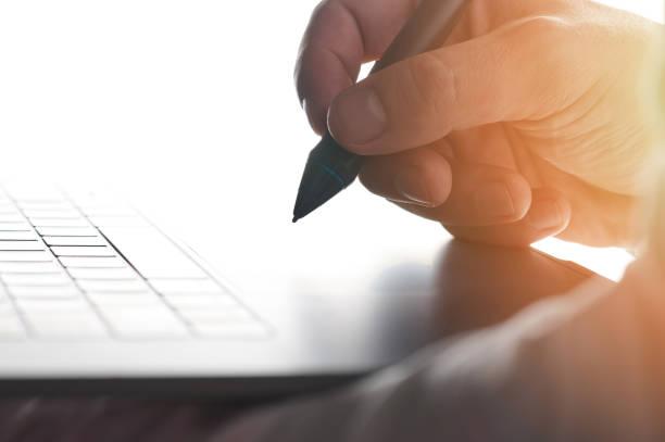 Elektronische Signatur auf Laptop – Foto