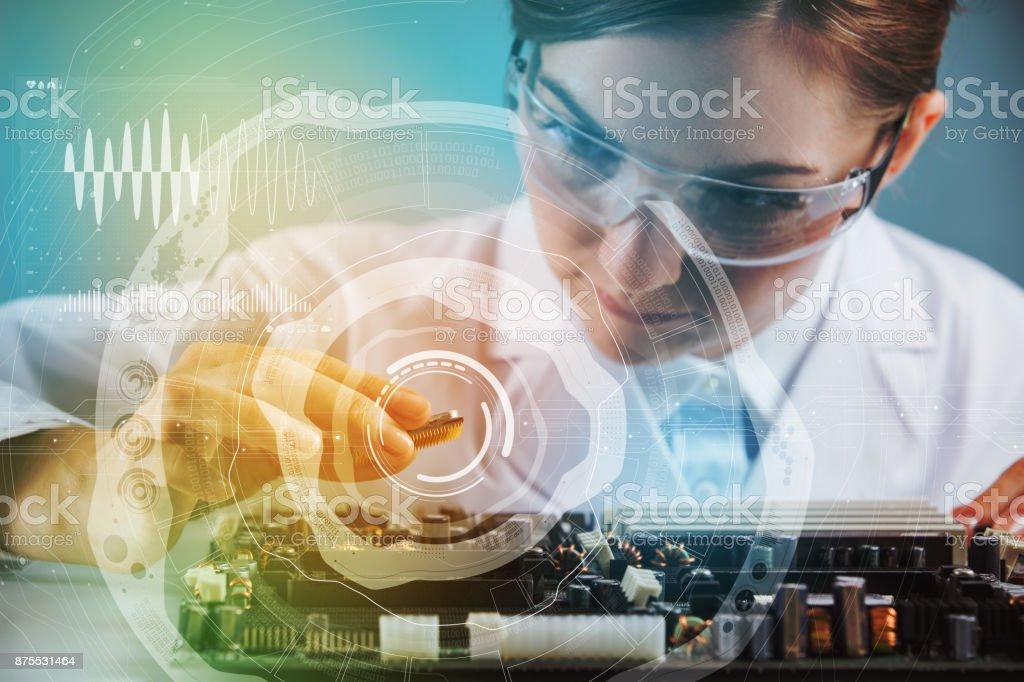 Elektronik-Technologie-Konzept. Junge Frau Ingenieur mit Computer-Chip. – Foto