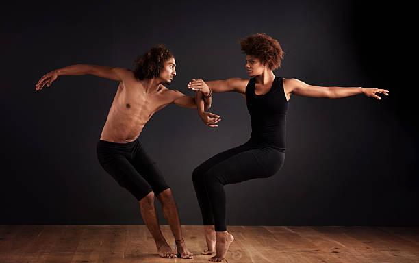 eleganz und gleichgewicht - männliche körperkunst stock-fotos und bilder