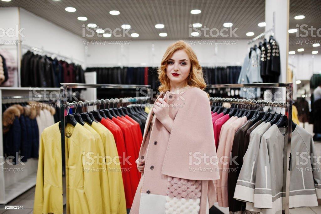 bajo precio 381cd 03b3b Chica Rubia Y Elegancia En Abrigo De Piel En La Tienda De Abrigos De Pieles  Y Chaquetas De Cuero Foto de stock y más banco de imágenes de A la moda
