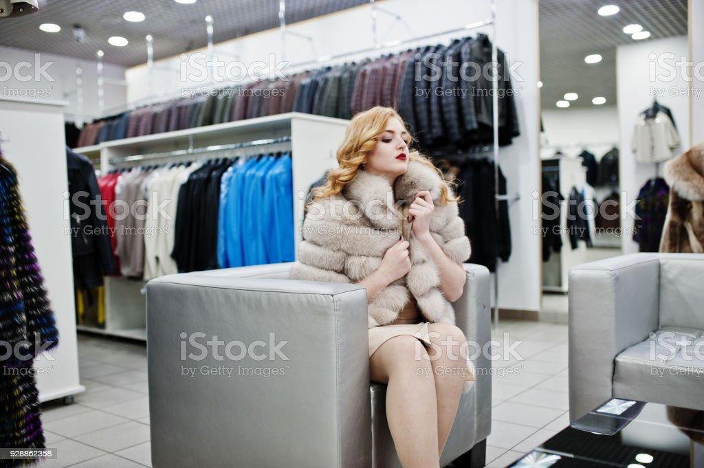 mirada detallada 670cd 14651 Chica Rubia Y Elegancia En Abrigo De Piel En La Tienda De ...
