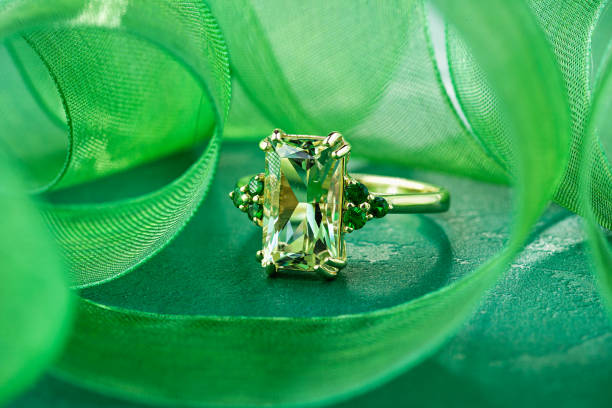 Elegance gold ring with green gemstone