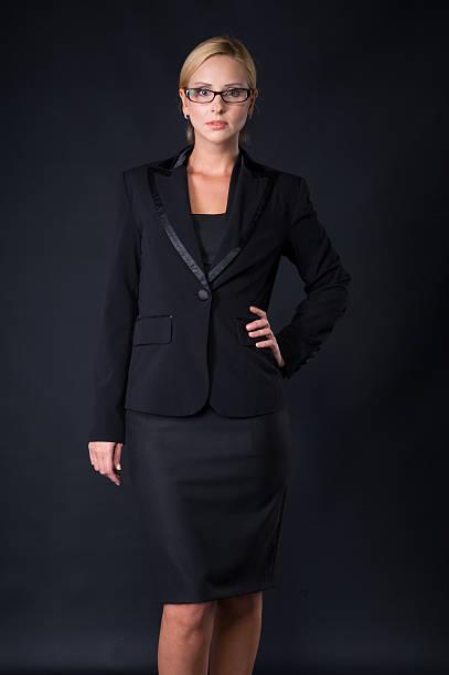 eleganz stilvolle geschäftsfrauen mit brille in schwarzen kleid - damen rock kostüme stock-fotos und bilder