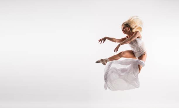 beyaz elbiseli zarif bale dansçısı stüdyoda zıplayın - beyaz elbise stok fotoğraflar ve resimler