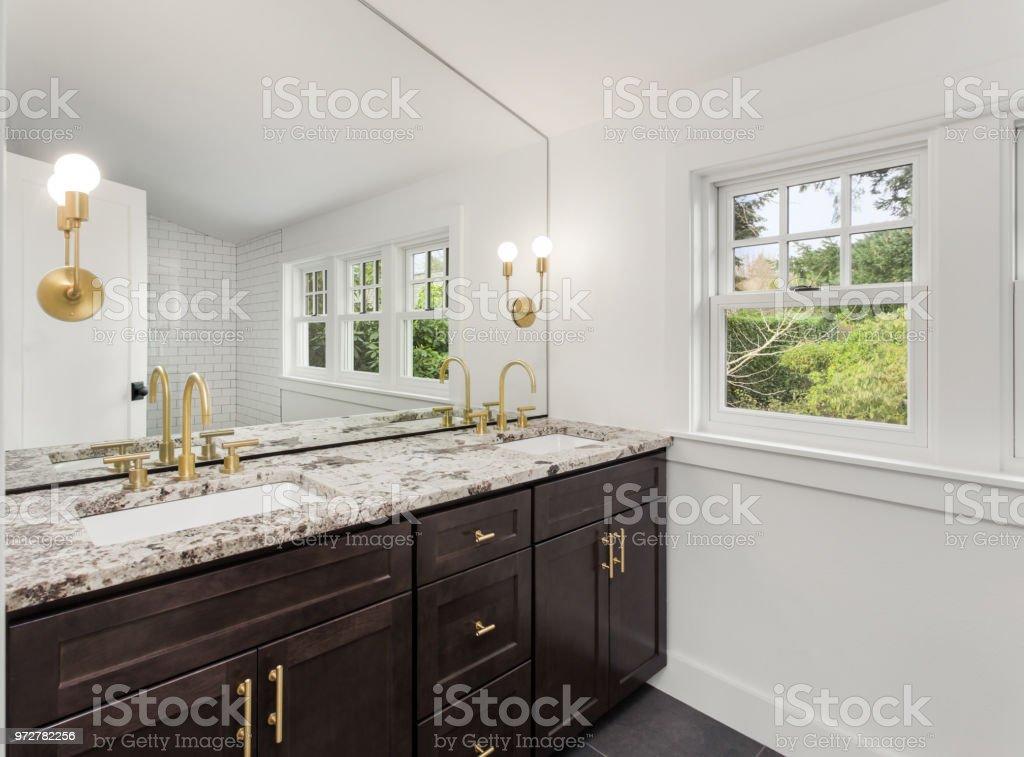 Luxe Donkere Badkamer : Elegante badkamer in nieuwe luxe huis met twee wastafels en donkere