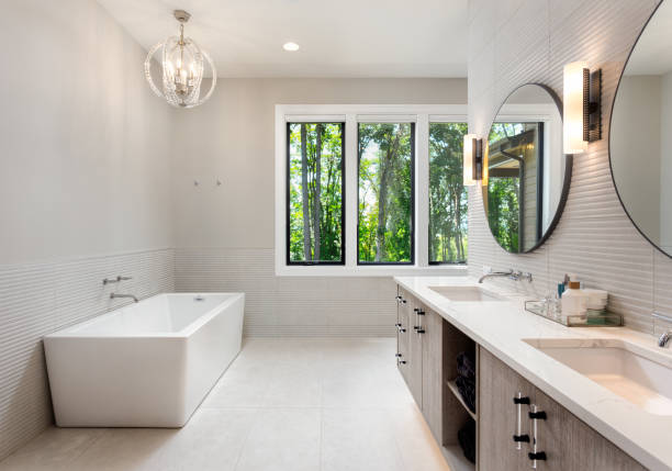 elegant badrum i nya lyx hem med två handfat, badkar och skåp - husutbyggnad bildbanksfoton och bilder