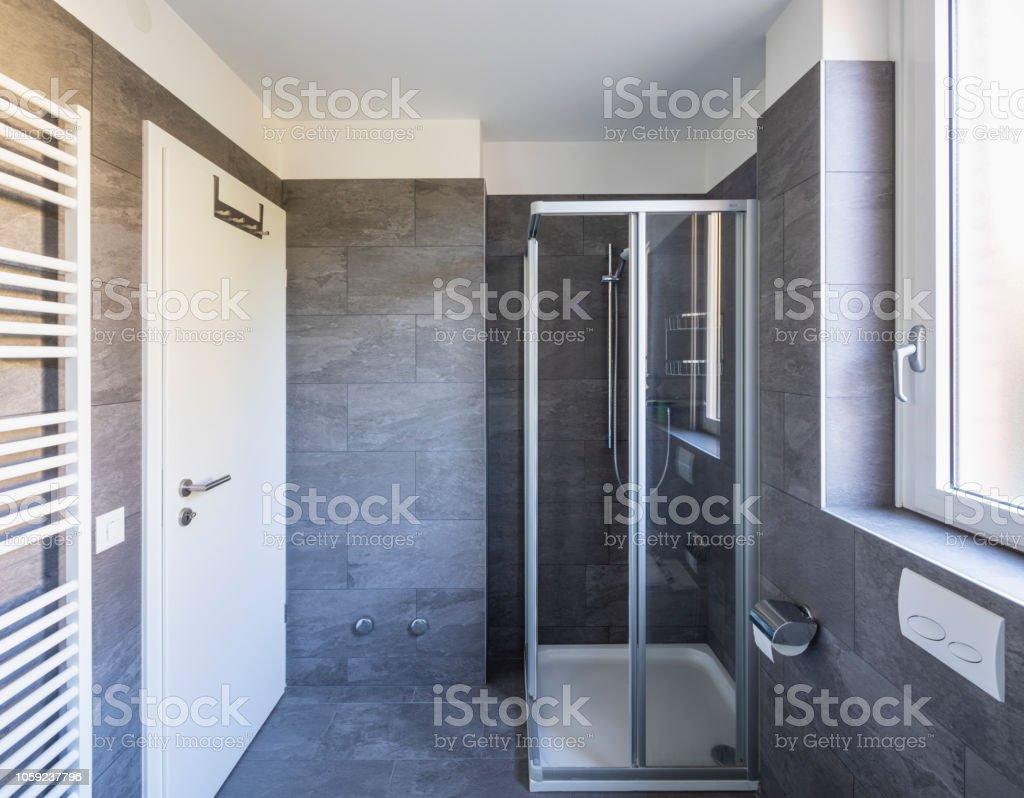 Elegantes Badezimmer Mit Dunklen Fliesen Stockfoto und mehr ...